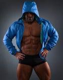 Attraktiver muskulöser Bodybuilderkerl bereiten vor sich, Übungen zu tun Stockfotografie