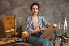 Attraktiver professioneller junger weiblicher Künstler, der an neuem kreativem Projekt, Zeichnung, Gefühl angespornt arbeitet Kre Stockfotos