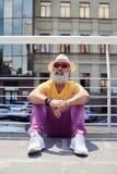 Attraktiver reifer stillstehender Mann beim Betrachten des Himmels Lizenzfreie Stockfotografie