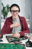 Attraktiver Schlosser in den Gläsern lächelnd an der Kamera Lizenzfreie Stockfotografie