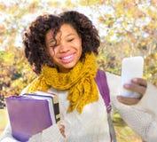 Attraktiver Schwarzafrikaner-amerikanischer Student Taking Selfie stockfotografie