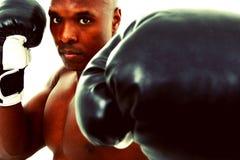 Attraktiver schwarzer Boxer-Mann über Weiß stockfotografie