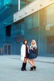 Attraktiver sexy Damen Brunette und blond, die Kamera betrachtend Stockbild