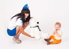 Attraktiver Stewardess und Baby Stockfotografie