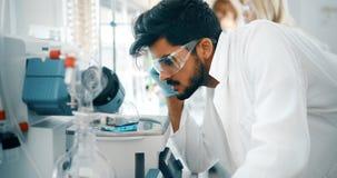 Attraktiver Student der Chemie arbeitend im Labor lizenzfreie stockfotografie