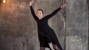Attraktiver Tänzer beginnt das Üben stock video