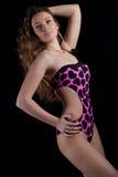 Attraktiver tragender Badeanzug der jungen Dame Stockfotos