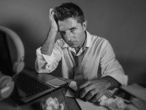 Attraktiver trauriger und hoffnungsloser Mann verlieren herein betrachtende Krawatte unordentliches und deprimiertes Arbeiten die Lizenzfreie Stockbilder