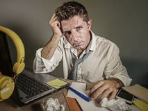 Attraktiver trauriger und hoffnungsloser Mann verlieren herein betrachtende Krawatte unordentliches und deprimiertes Arbeiten die Lizenzfreie Stockfotos