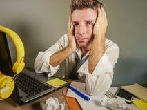 Attraktiver trauriger und hoffnungsloser Mann verlieren herein betrachtende Krawatte unordentliches und deprimiertes Arbeiten die Lizenzfreie Stockfotografie