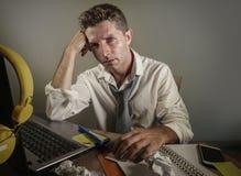 Attraktiver trauriger und hoffnungsloser Mann verlieren herein betrachtende Krawatte unordentliches und deprimiertes Arbeiten die Lizenzfreies Stockbild