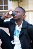 Attraktiver trinkender Kaffee des jungen Mannes draußen stockfotos