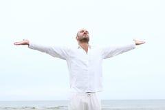 Attraktiver und glücklicher Mann auf Strand Stockbild