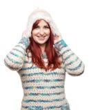 Attraktiver vorbildlicher tragender Winterhut und -pullover Lizenzfreies Stockfoto