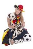 Attraktiver weiblicher deutscher Fußballfan mit dalmatinischem Hund Stockfoto