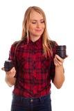 Attraktiver weiblicher Fotograf, der die Linse - lokalisiert auf Weiß wählt Stockfoto