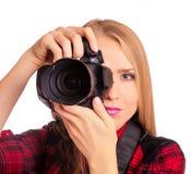 Attraktiver weiblicher Fotograf, der eine Berufskamera - i hält Lizenzfreie Stockfotos