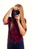 Attraktiver weiblicher Fotograf, der eine Berufskamera - i hält Stockfotografie