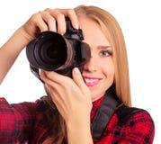 Attraktiver weiblicher Fotograf, der eine Berufskamera - i hält Stockbild