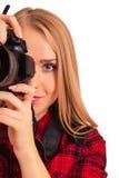 Attraktiver weiblicher Fotograf, der eine Berufskamera - i hält Lizenzfreie Stockfotografie