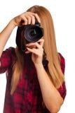 Attraktiver weiblicher Fotograf, der eine Berufskamera - i hält Stockbilder