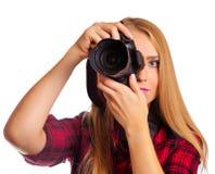Attraktiver weiblicher Fotograf, der eine Berufskamera - i hält Lizenzfreie Stockbilder