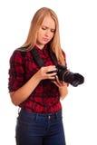 Attraktiver weiblicher Fotograf, der ihre Berufskamera studiert Stockfotos