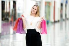 Attraktiver weiblicher genießender Einkauf Lizenzfreies Stockbild
