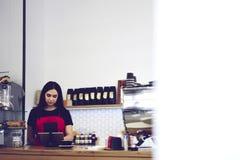 Attraktiver weiblicher Geschäftsfrau barista Inhaber von Stange caffe Lizenzfreie Stockfotografie