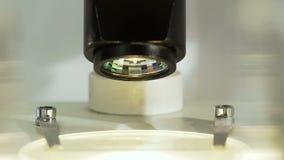 Attraktiver weiblicher Wissenschaftler studiert Mikroorganismus unter Mikroskop, Abschluss oben stock video footage