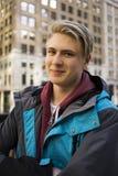 Attraktiver zufälliger junger blonder Mann in der Stadt Stockbilder