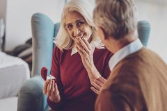 Attraktives älteres Frauengefühlsglück lizenzfreie stockfotos