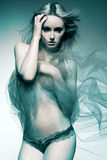 Attraktives Art und Weisebaumuster mit dem langen blonden Haar. Lizenzfreie Stockfotografie