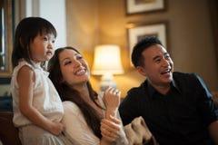 Attraktives asiatisches Familien-Lachen Lizenzfreie Stockfotos
