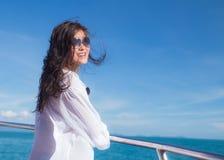 Attraktives asiatisches Mädchen, das auf einer Yacht entspannt Lizenzfreie Stockfotos