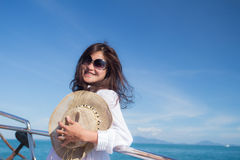Attraktives asiatisches Mädchen, das auf einer Yacht sich entspannt Stockbilder