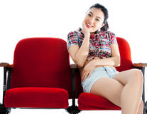 Attraktives asiatisches Mädchen 20s am Theaterisolat-Weißhintergrund Lizenzfreies Stockfoto