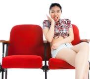 Attraktives asiatisches Mädchen 20s am Theaterisolat-Weißhintergrund Lizenzfreie Stockbilder