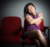 Attraktives asiatisches Mädchen 20s am Theaterisolat-Weißhintergrund Stockfoto
