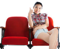 Attraktives asiatisches Mädchen 20s am Theaterisolat-Weißhintergrund Stockfotografie
