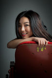 Attraktives asiatisches Mädchen 20s am Theaterisolat-Weißhintergrund Lizenzfreie Stockfotos