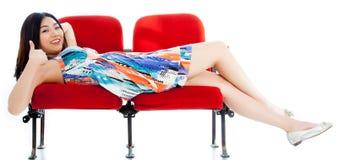Attraktives asiatisches Mädchen 20s am Theaterisolat-Weißhintergrund Stockbild