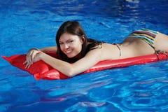 Attraktives Bikinimädchen lizenzfreies stockfoto
