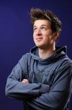 Attraktives blaues gemustertes Jungenlächeln Lizenzfreie Stockbilder