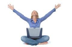 Attraktives blondes auf dem Laptop Stockfotos