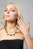Attraktives blondes auf grauem Hintergrund im Studio Stockfotos
