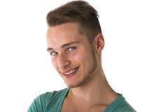 Attraktives blondes, blauäugiges Lächeln des jungen Mannes Lizenzfreie Stockfotografie