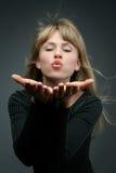 Attraktives blondes brennt einen Kuss durch Stockfotografie