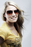 Attraktives blondes in der Sonnenbrille und in einer stilvollen Spitze Stockfoto