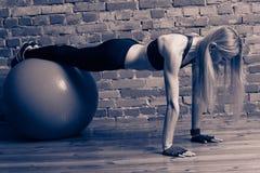 Attraktives blondes Eignungsmodell mit einem fitball Lizenzfreies Stockbild